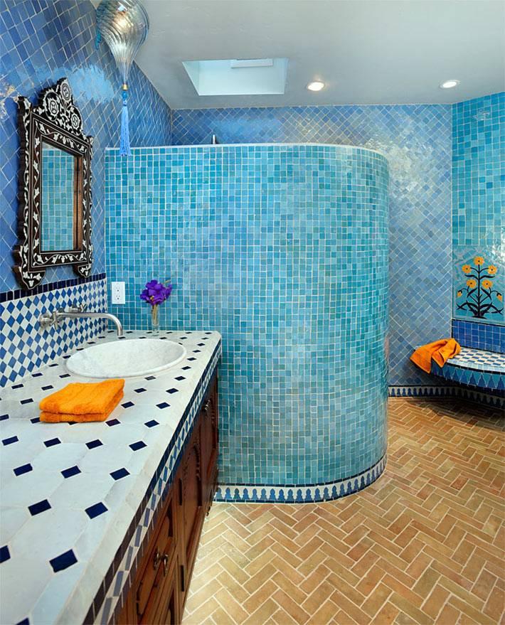 Голубая мелкая плитка в оформлении стен ванной комнаты фото