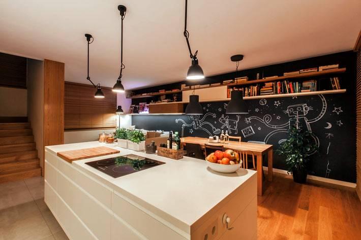 Современный дизайн кухни со столовой зоной и черной стеной фото
