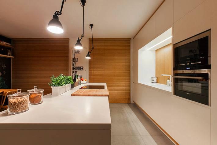 Уютная кухня с использованием натурального дерева фото