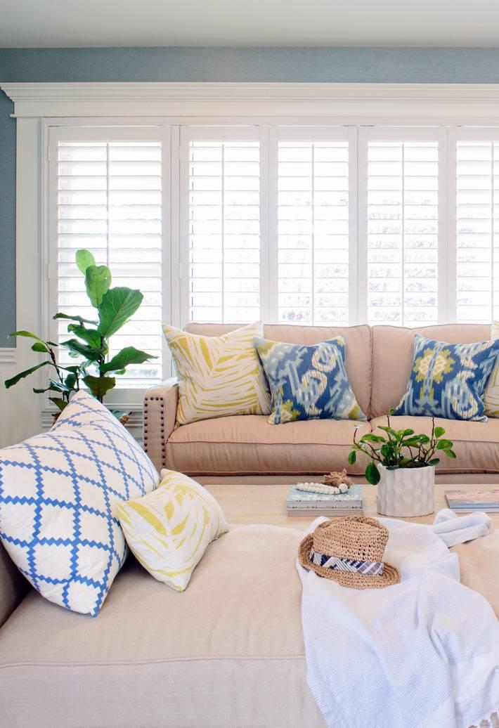 Диваны песочного цвета в гостиной с голубыми стенами фото