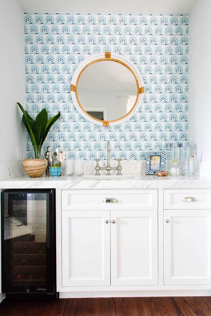 Красивый дизайн кухни с круглым зеркалом и винным шкафом фото