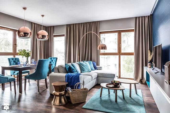 Интерьер гостиной комнаты с панорамными окнами фото