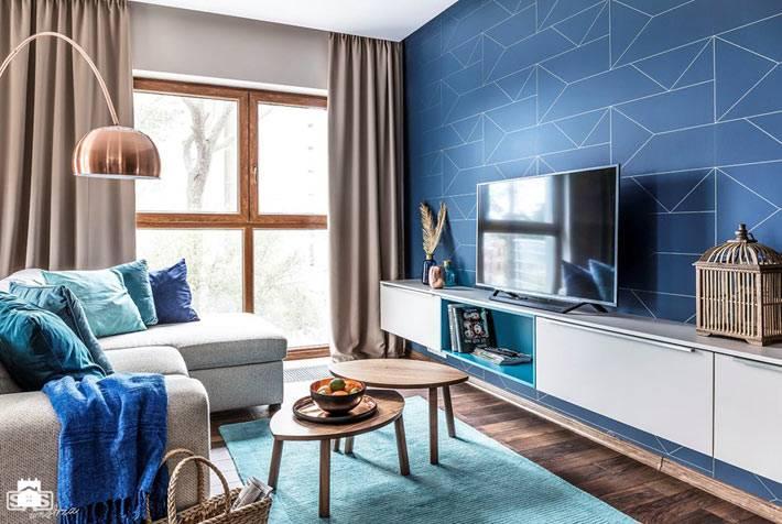 Синяя стена с геометрическими узорами в интерьере квартиры фото