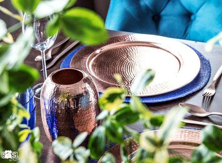 Красивая посуда золотого цвета для сервировке стола фото