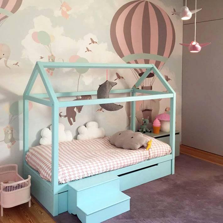 красивые авторские обои и деревянная кровать-домик фото