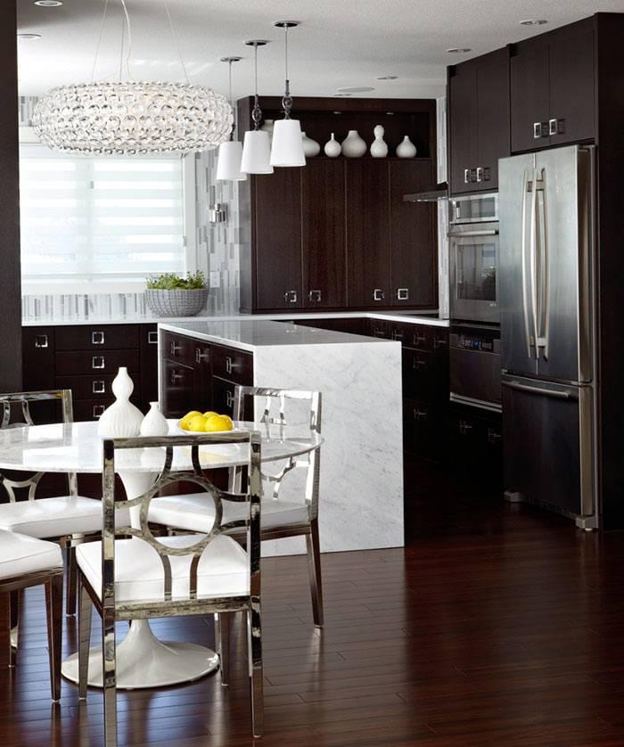 Коричневые фасады кухонной мебели разбавлены мраморными столешницами фото