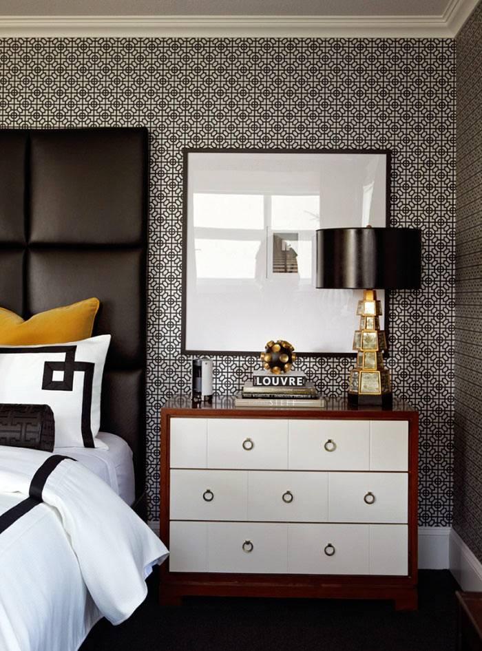 Дизайн спальни с пестрыми обоями и черной и белой мебелью фото