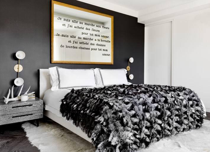Акцентная стена черного цвета в интерьере спальнис белой кроватью фото