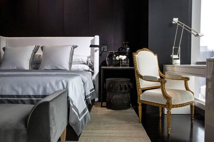 Современный интерьер спальни с черными стенами и белой мебелью фото