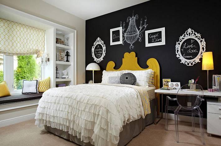 Желтые акценты на фоне черной стены в спальне для девочки-подростка фото