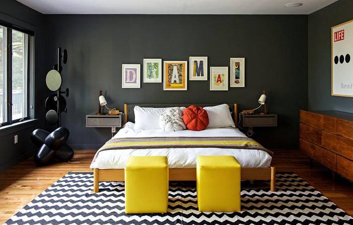 Яркий декор в спальне с черными стенами для молодых людей фото
