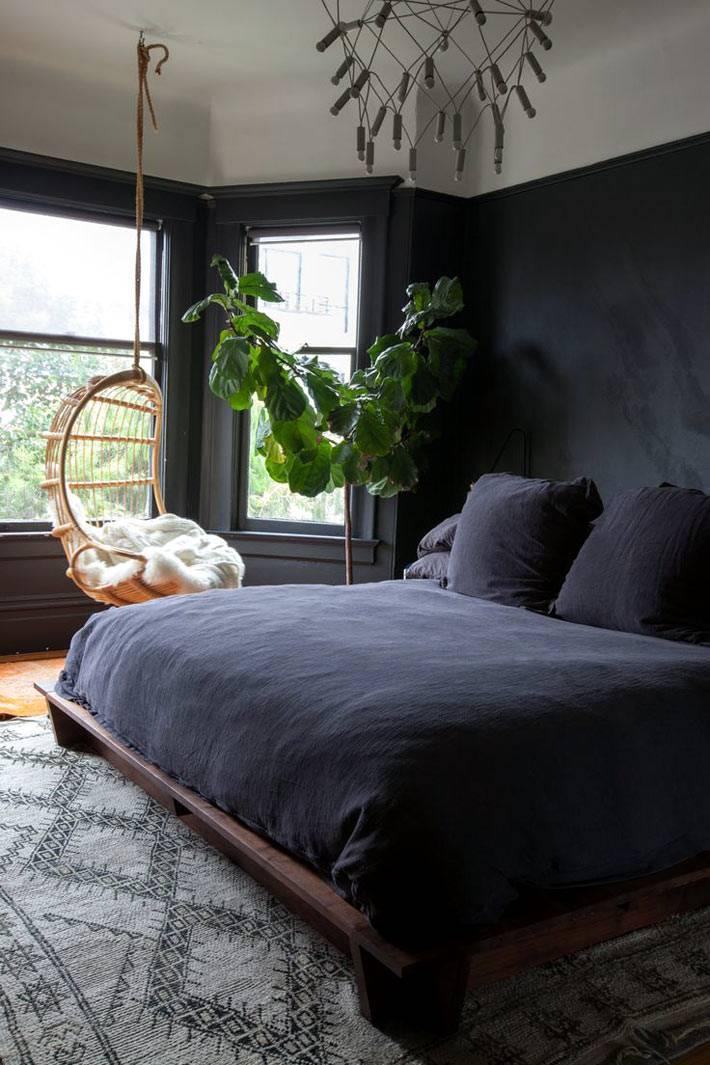 Черная спальня с эркером и подвесным креслом фото
