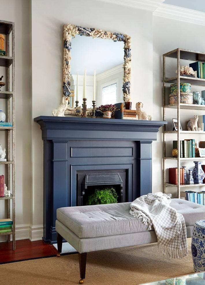 Синий декоративный камин в дизайне интерьера гостиной комнаты фото