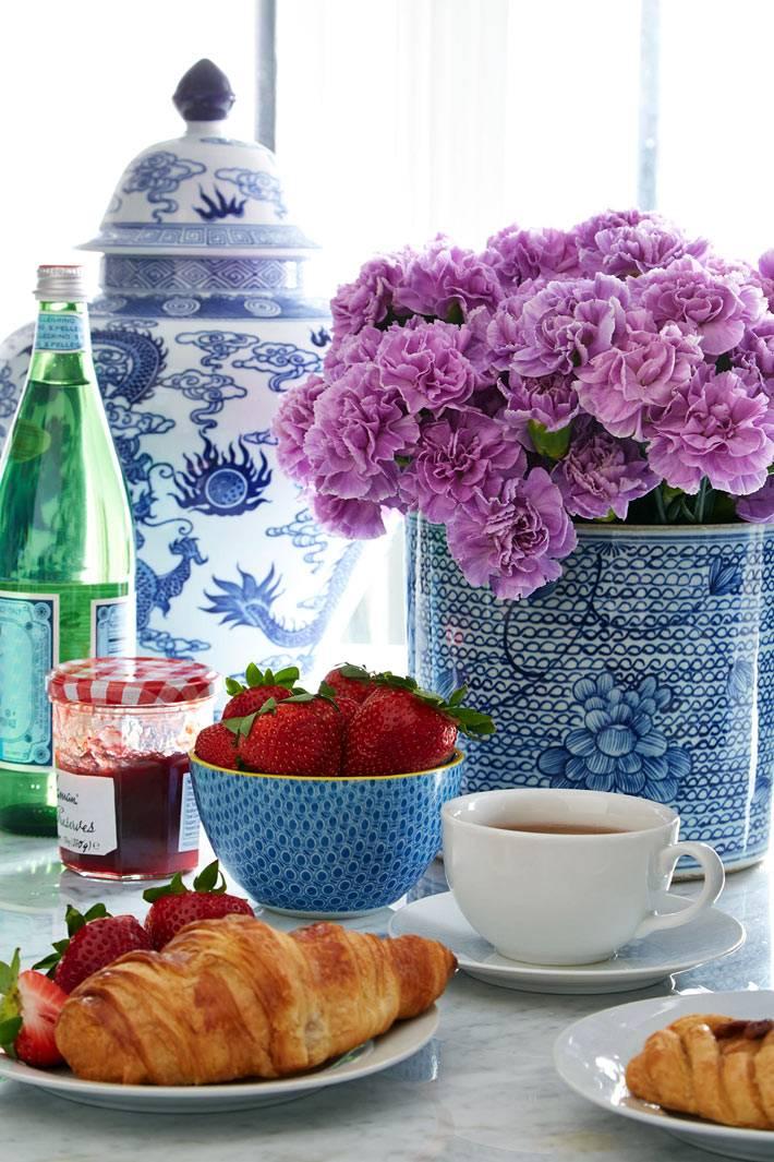 Китайская ваза и фарфор синего цвета для сервировки стола фото