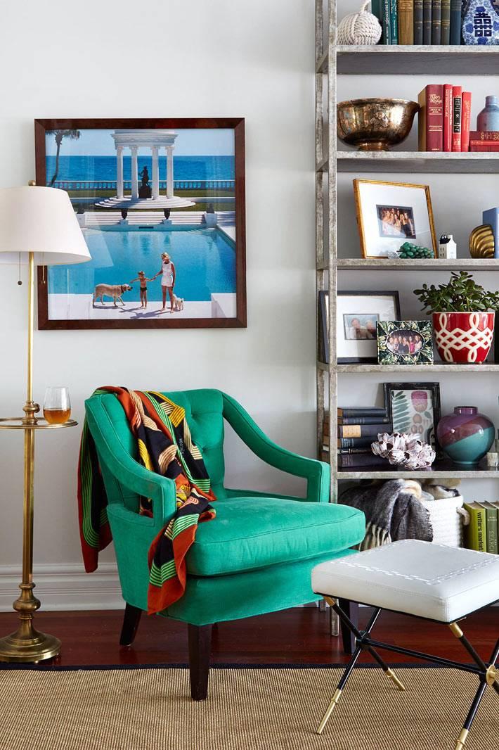 Торшер возле зеленого кресла создает зону релакса в гостиной фото