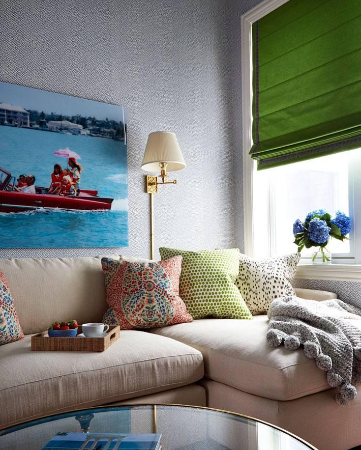 Зеленые римские шторы в квартире спасают интерьер от солнца фото