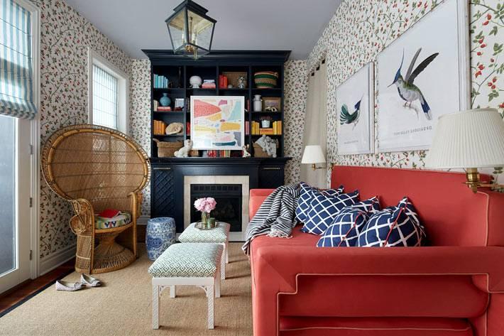Барбарисовые обои прекрасно сочетаются с красным диваном и черным стеллажом фото
