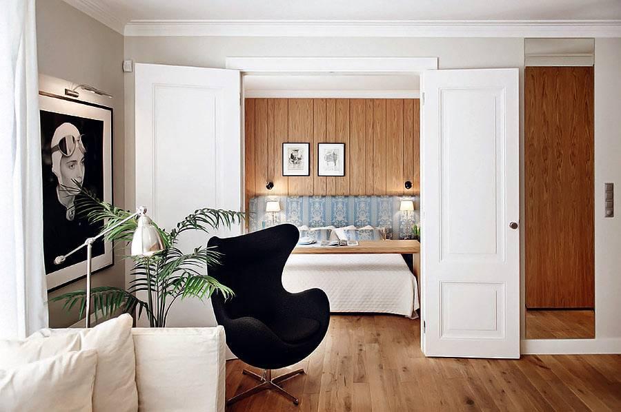 Черное кресло в форме эллипса в квартире в Польше фото