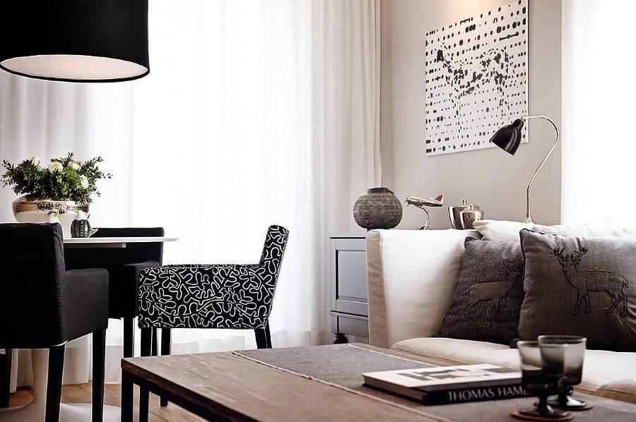 Интрерьер гостиной выдержан с спокойно теплой гамме с небольшими черными акцентами фото