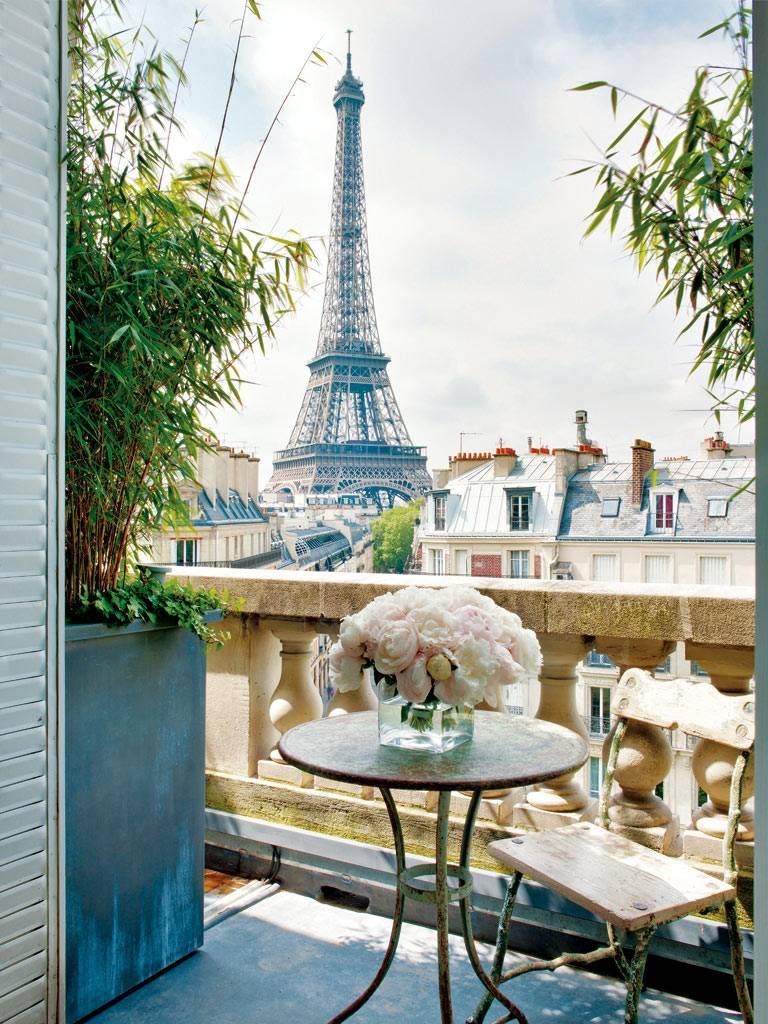 Вид на Эйфелеву башню с балкона красивой квартиры в Париже фото