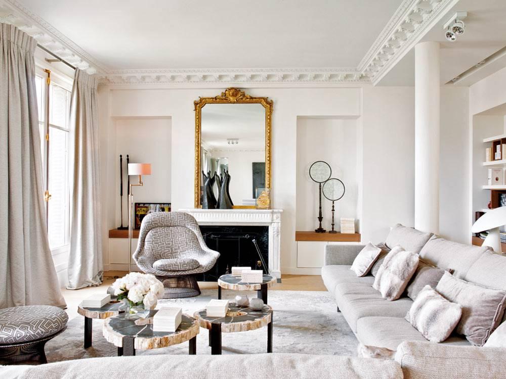 просторная гостиная с лепниной на потолке в квартире