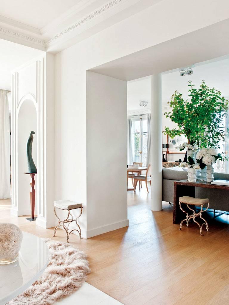 Винтажные скамеечки в классическом интерьере квартиры в Париже фото