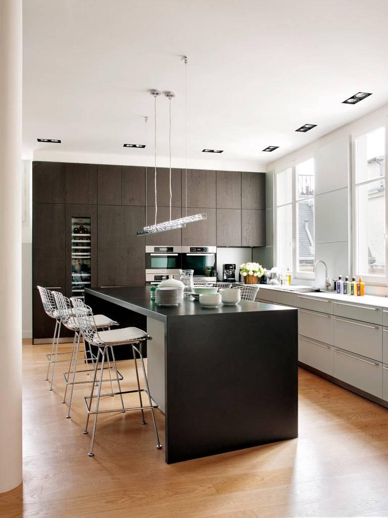 Кухня из темного дерева в стиле минимализма в интерьере квартиры фото
