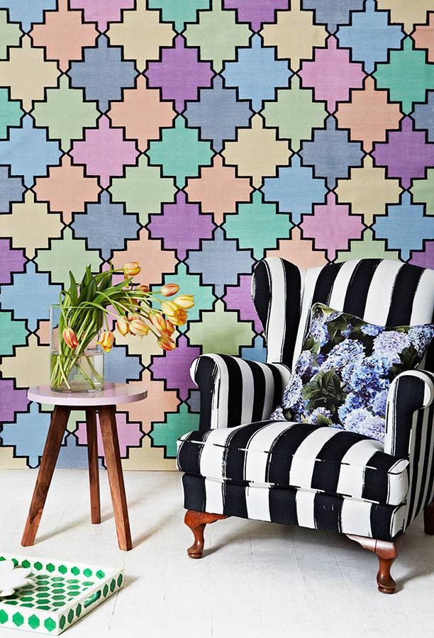 Разноцветный орнамент на стене и полосатое кресло фото