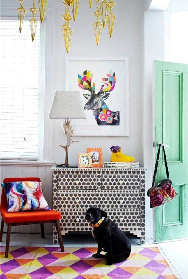 Разноцветный интерьер с ярким ковром и зеленой дверью фото