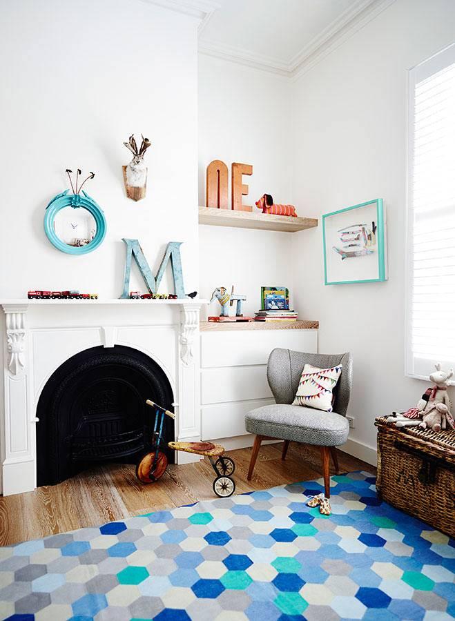 Геометрический орнамент на ковре в детской комнате фото