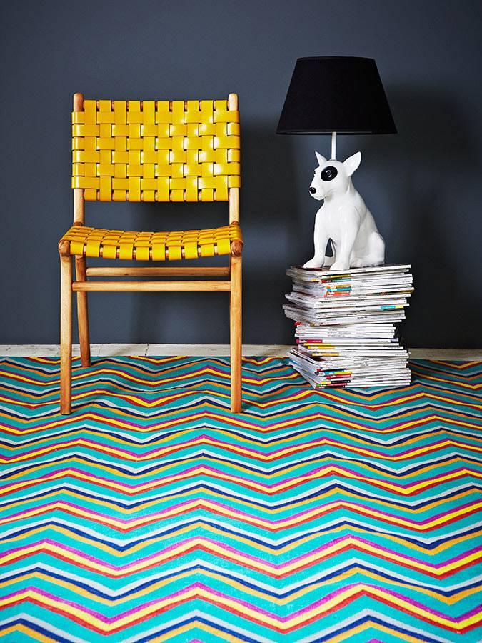 яркий рисунок зигзаг на ковре в помещении фото