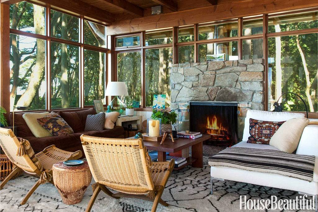 Стеклянные стены дома с камином с видом на лес и океан фото