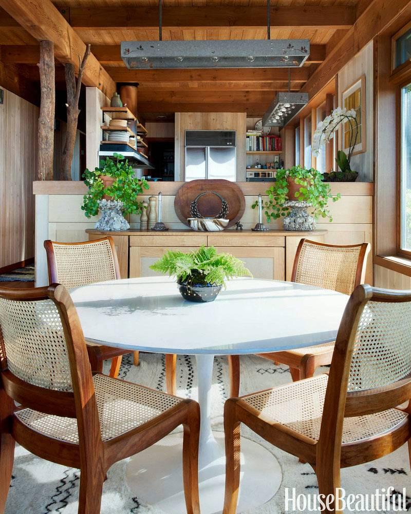 Красивый интерьер кухни с деревянным потолком фото