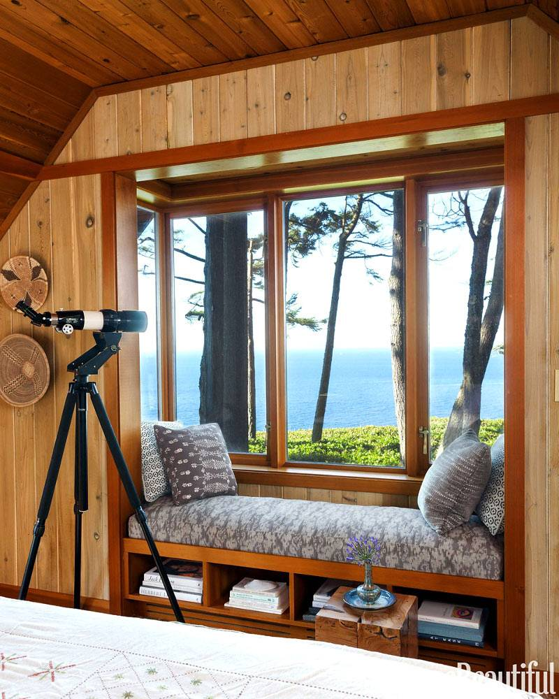 Мягкая подоконная скамья в интерьере спальни фото