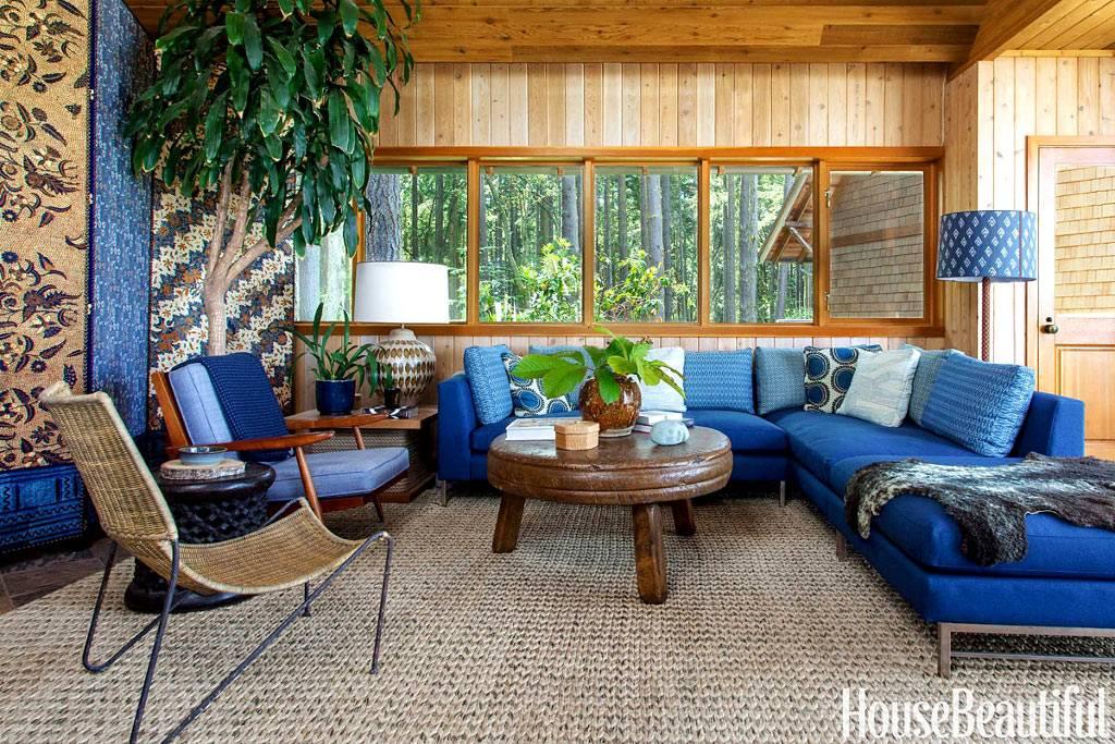 деревянный интерьер комнаты и синяя мягкая мебель в доме