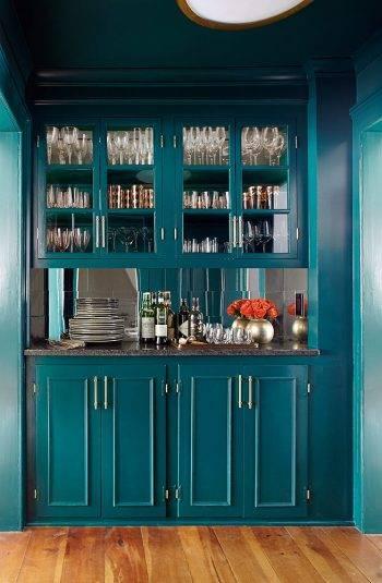 Кухонный буфет темно-синего цвета фото