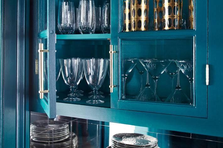 Верхняя полка буфета для хранения стеклянной посуды фото