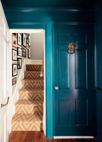 За кухонной дверью - ступени, ведущие в дом фото