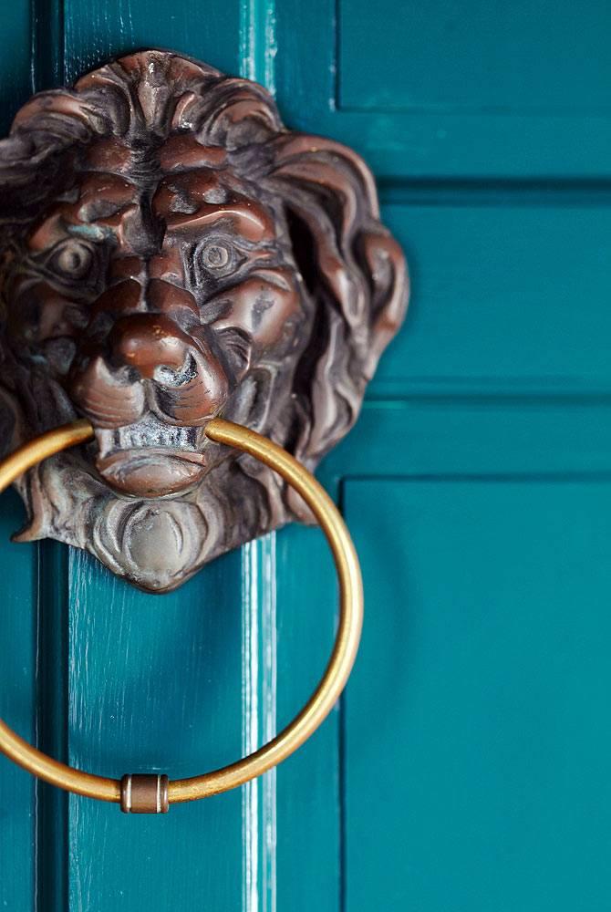 Львиная голова с кольцом на двери кухни - особый аксессуар фото