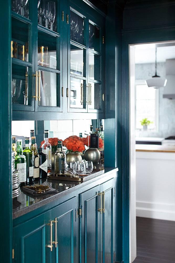 Красивый буфет на кухне темно-синего цвета со стеклянными дверцами фото