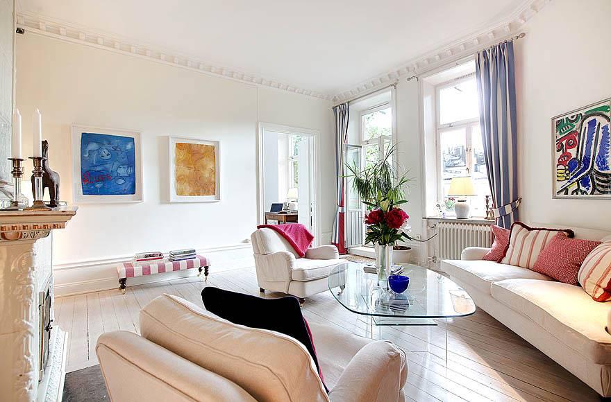 Гостиная комната с белым полом и стеклянным журнальным столом фото