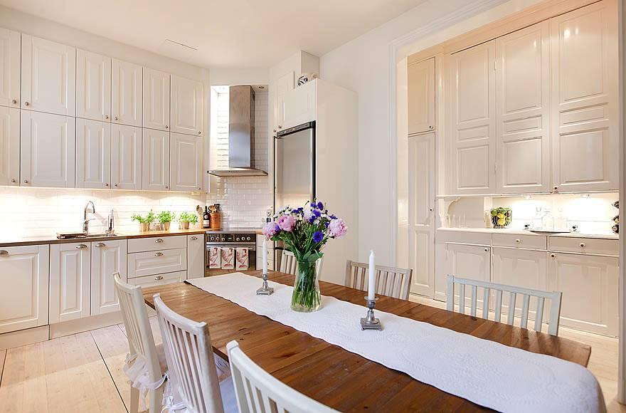 Белые и бежевые тона в оформлении кухонного пространства в квартире фото