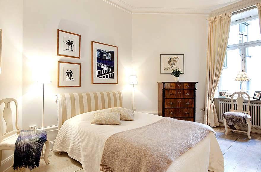 Просторная спальня бежевого цвета и необычной формы в квартире фото