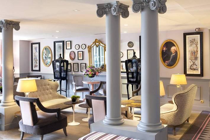 Колонны и изысканная мебель в холле отеля La Maison Favart фото