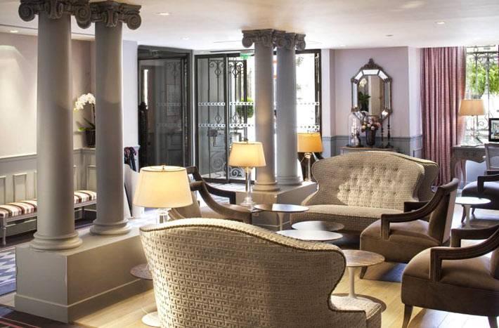 Холл с колоннами бутик-отеля La Maison Favart фото