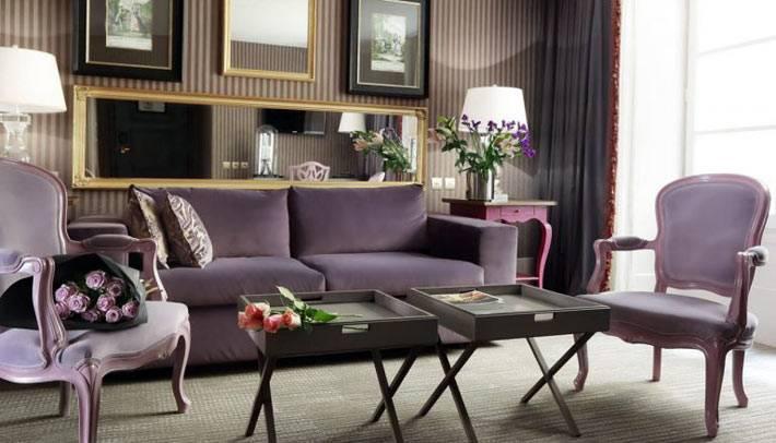 Интерьер комнаты с фиолетовой мебелью разных оттенков фото