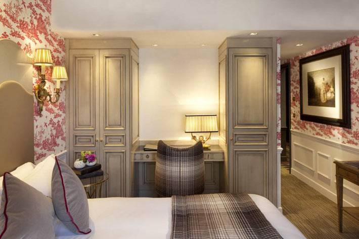 Смелое сочетание серой деревянной мебели на фоне пестрых красных обоев фото