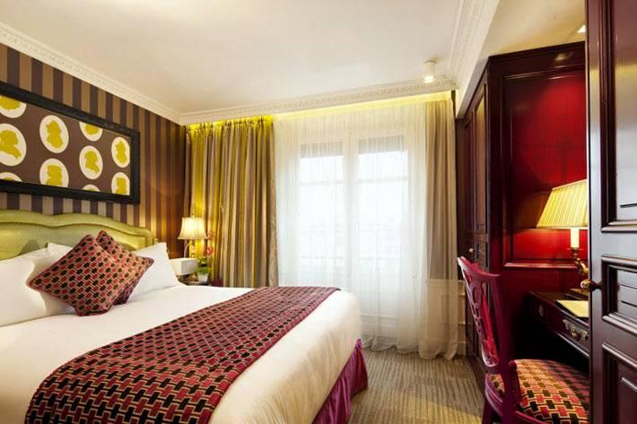 Дизайн спальни с золотыми акцентами на стенах и шторах фото