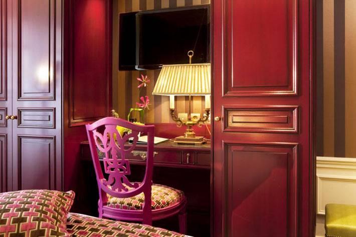 Шкафы и рабочий стол в красном цвете в интерьере спальни фото
