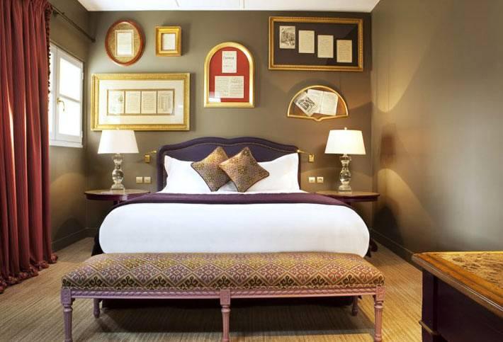Рамы разных форм в настенном декоре спальни фото